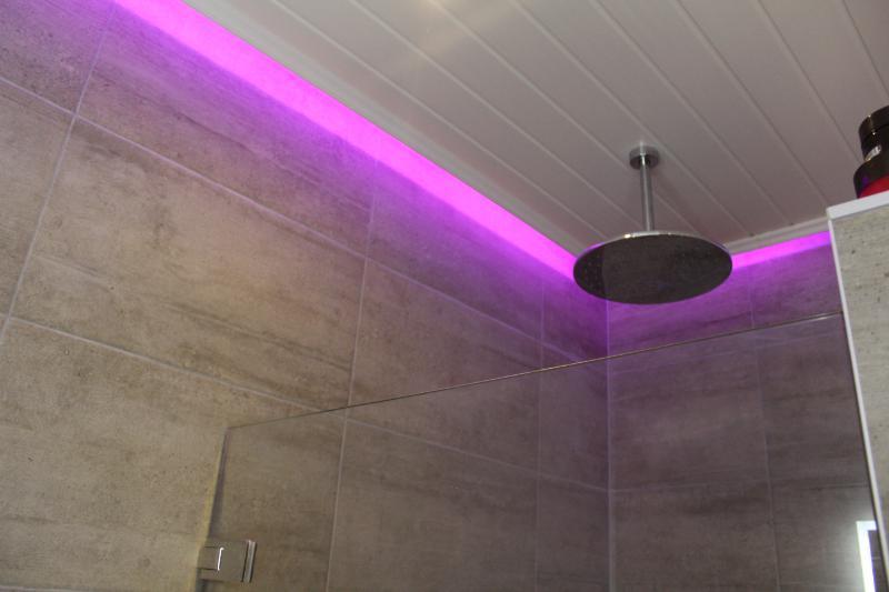 Badkamer met LED verlichting - Bouwbedrijf Sellis